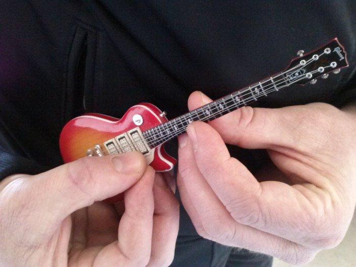 se il bambino cresce, deve cmbiare chitarra