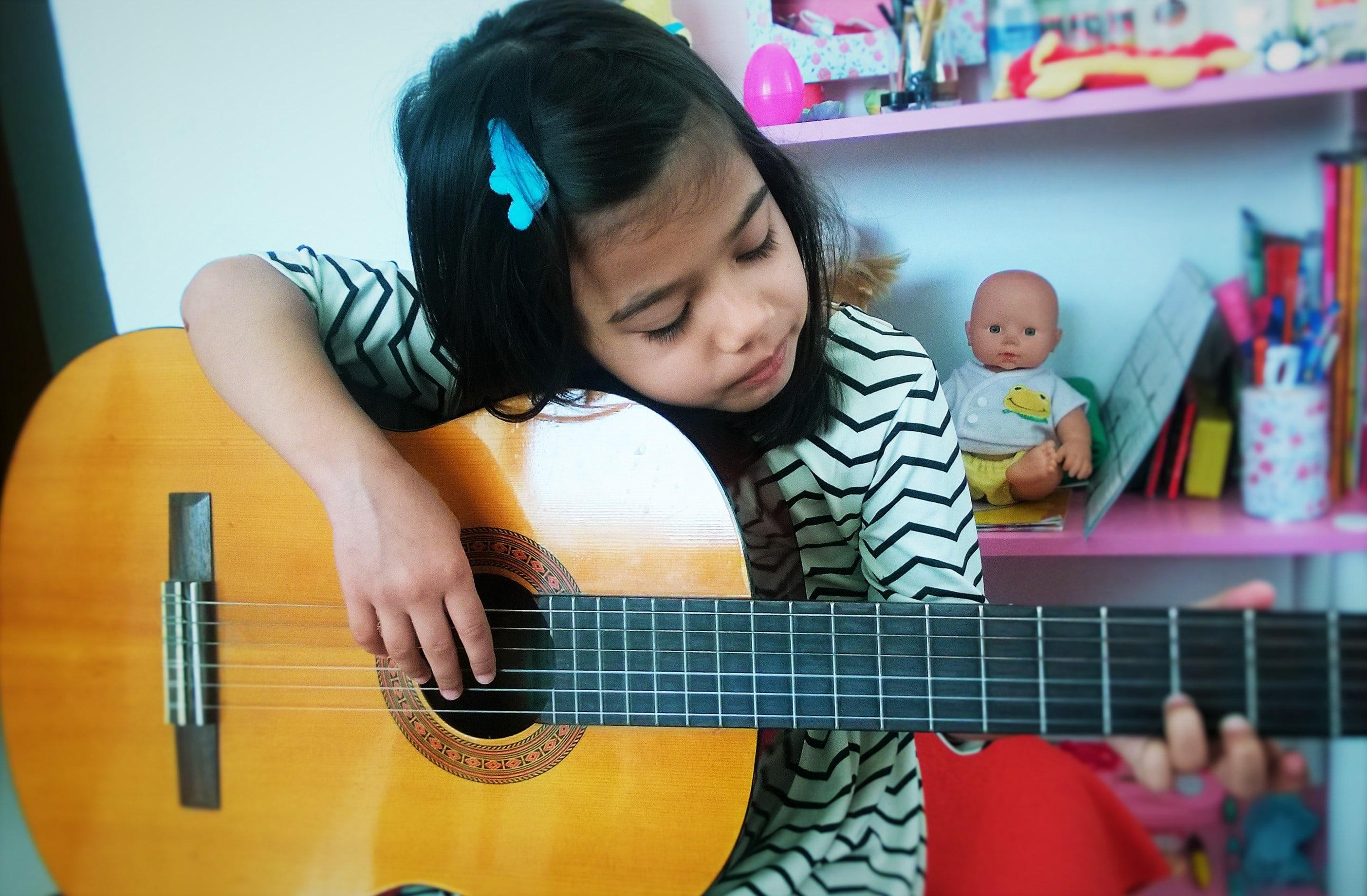 bambina suona chitarra