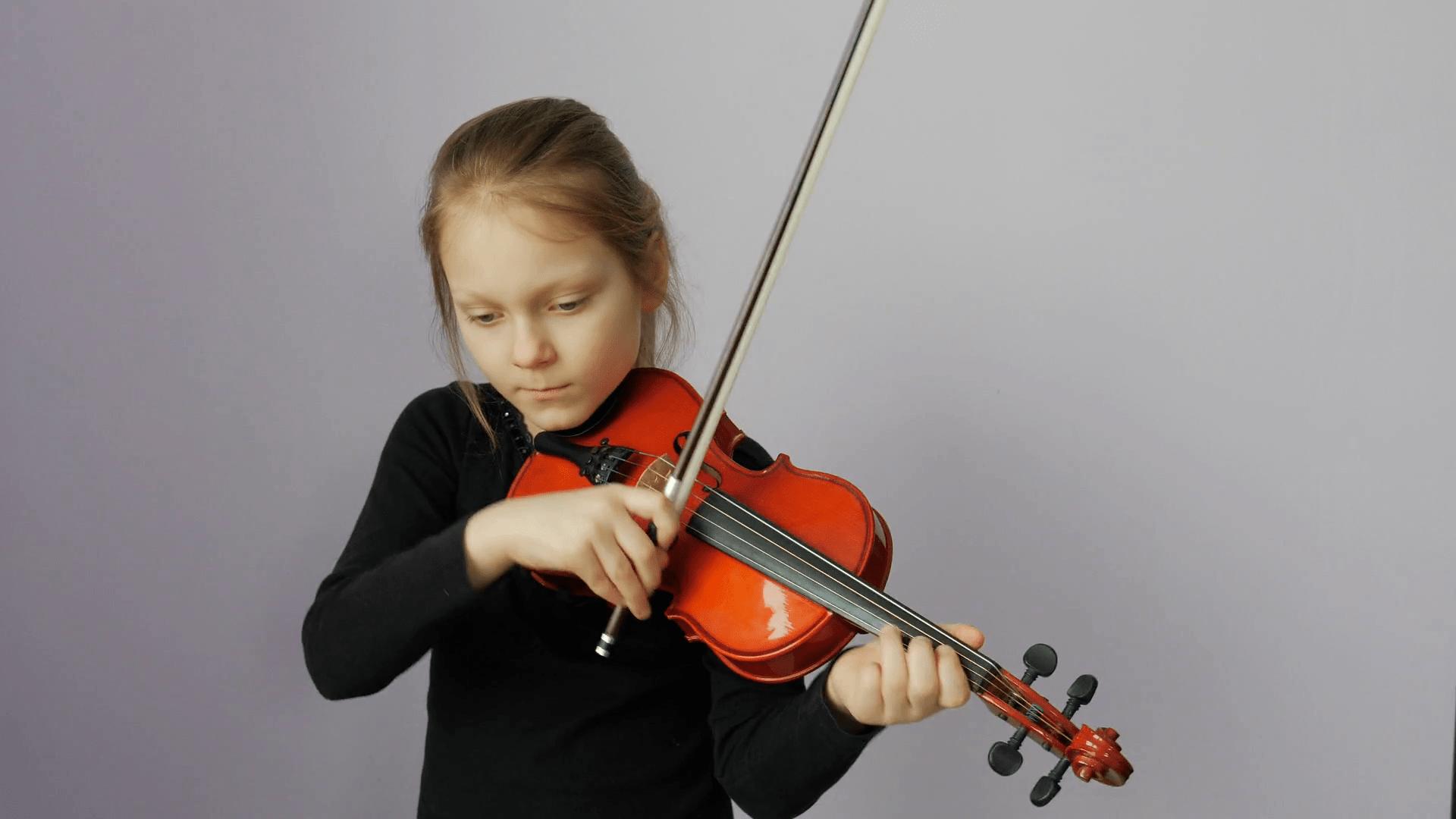 bambina suona viola