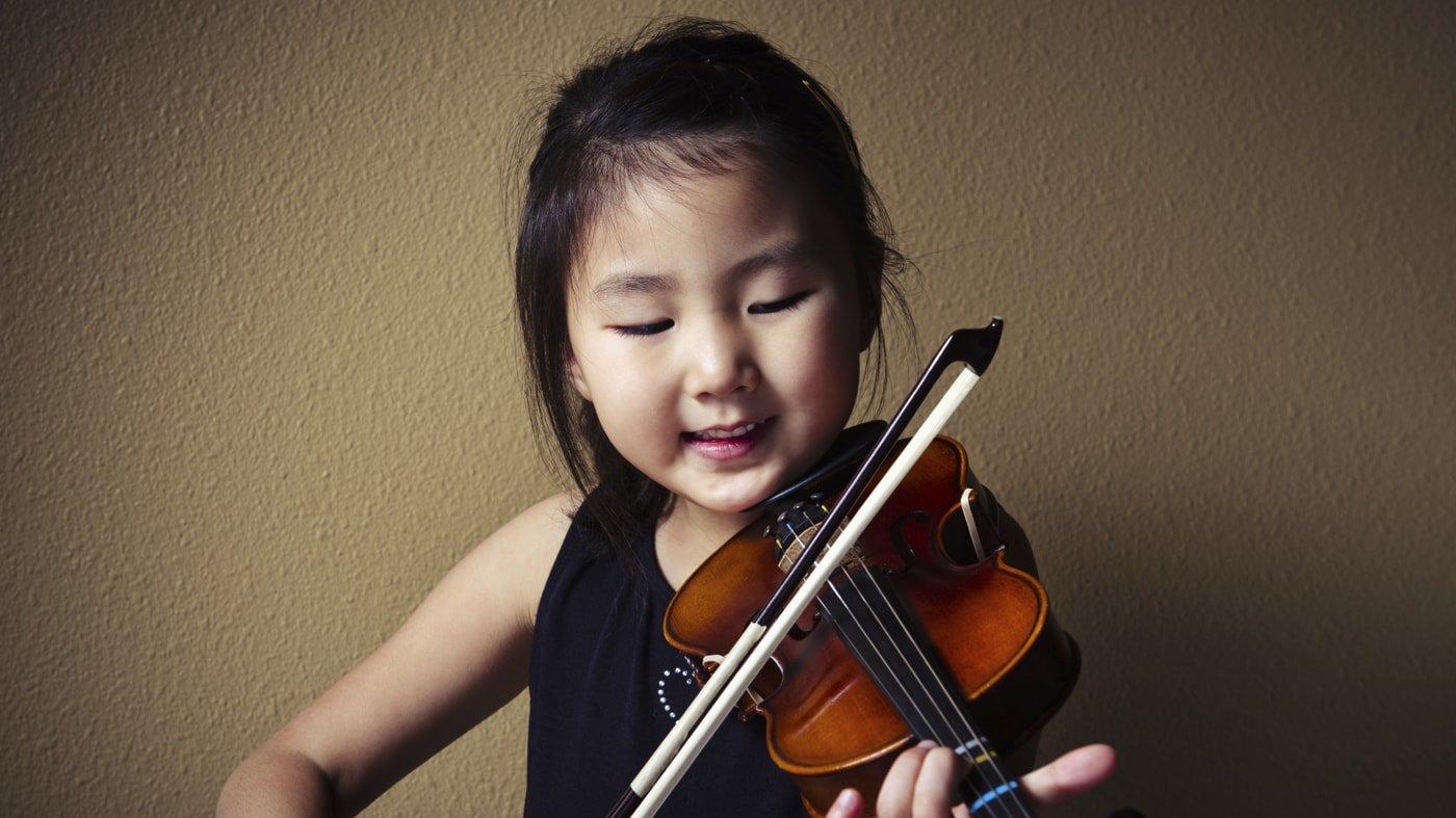 bambina suona violino