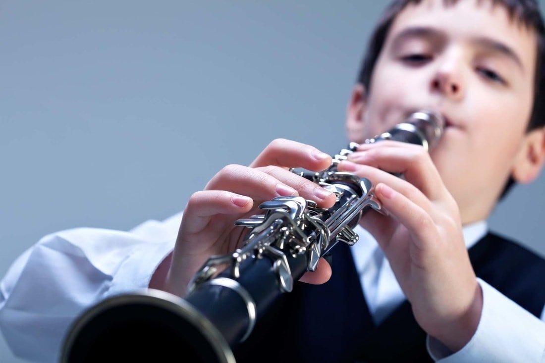 bambino suona clarinetto