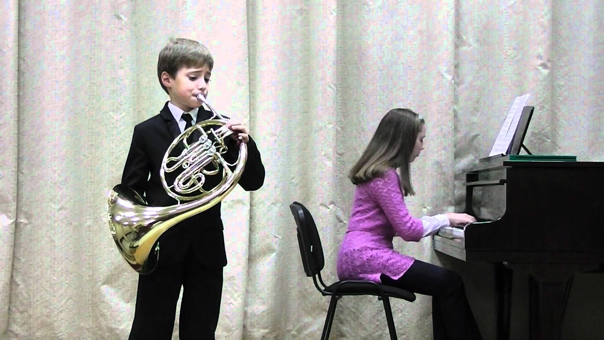 bambino suona corno francese