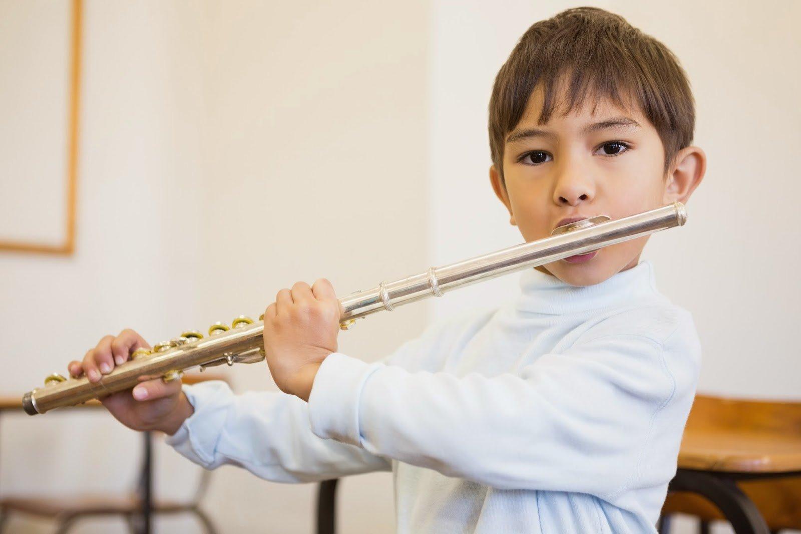 bambino suona flauto traverso