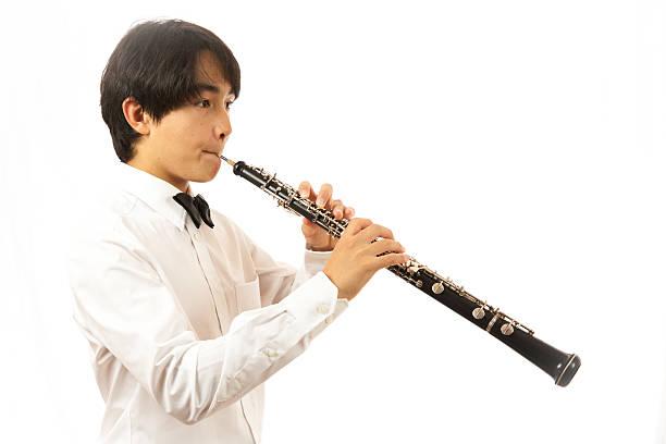bambino suona oboe