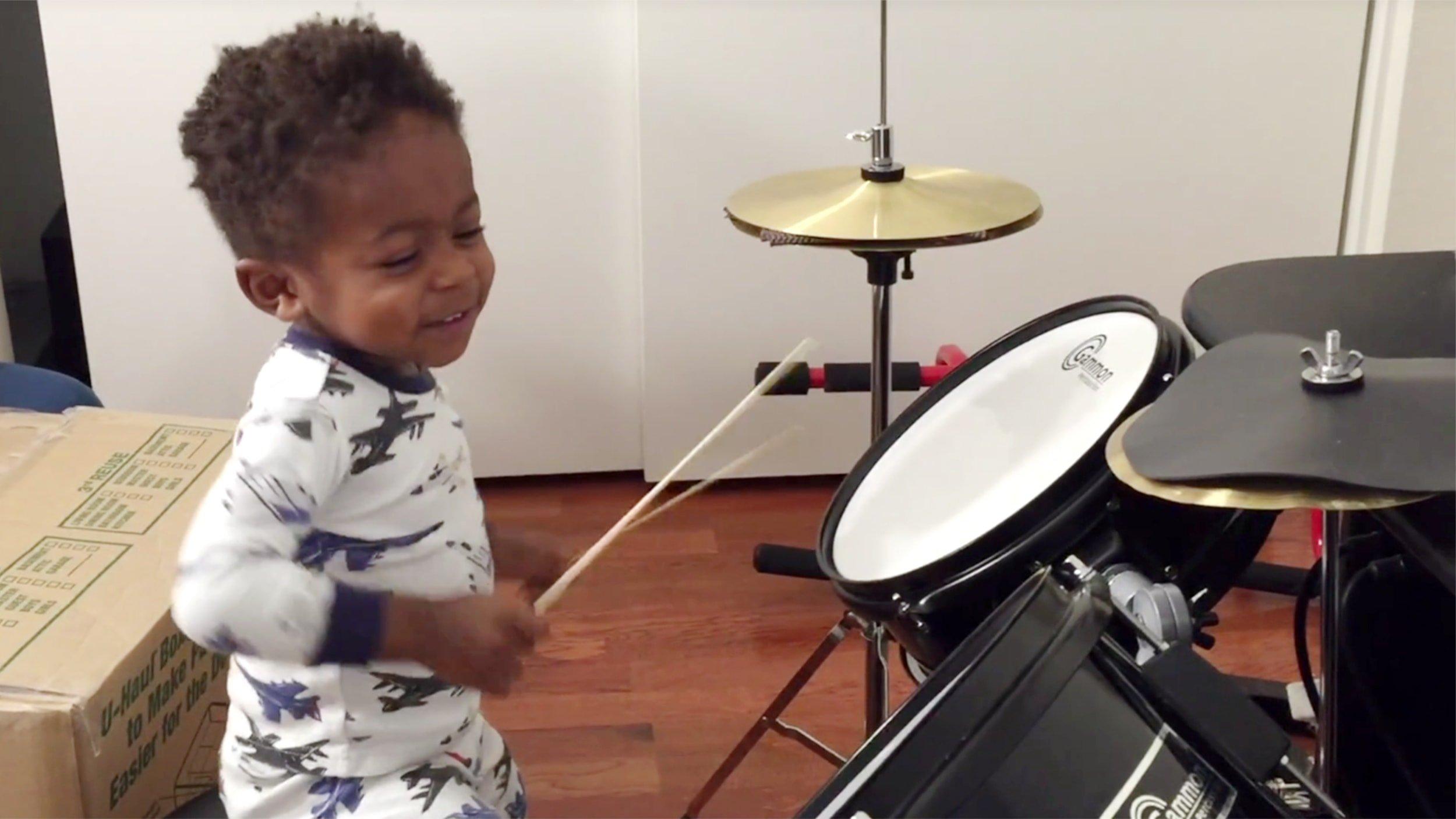 bambino suona percussioni