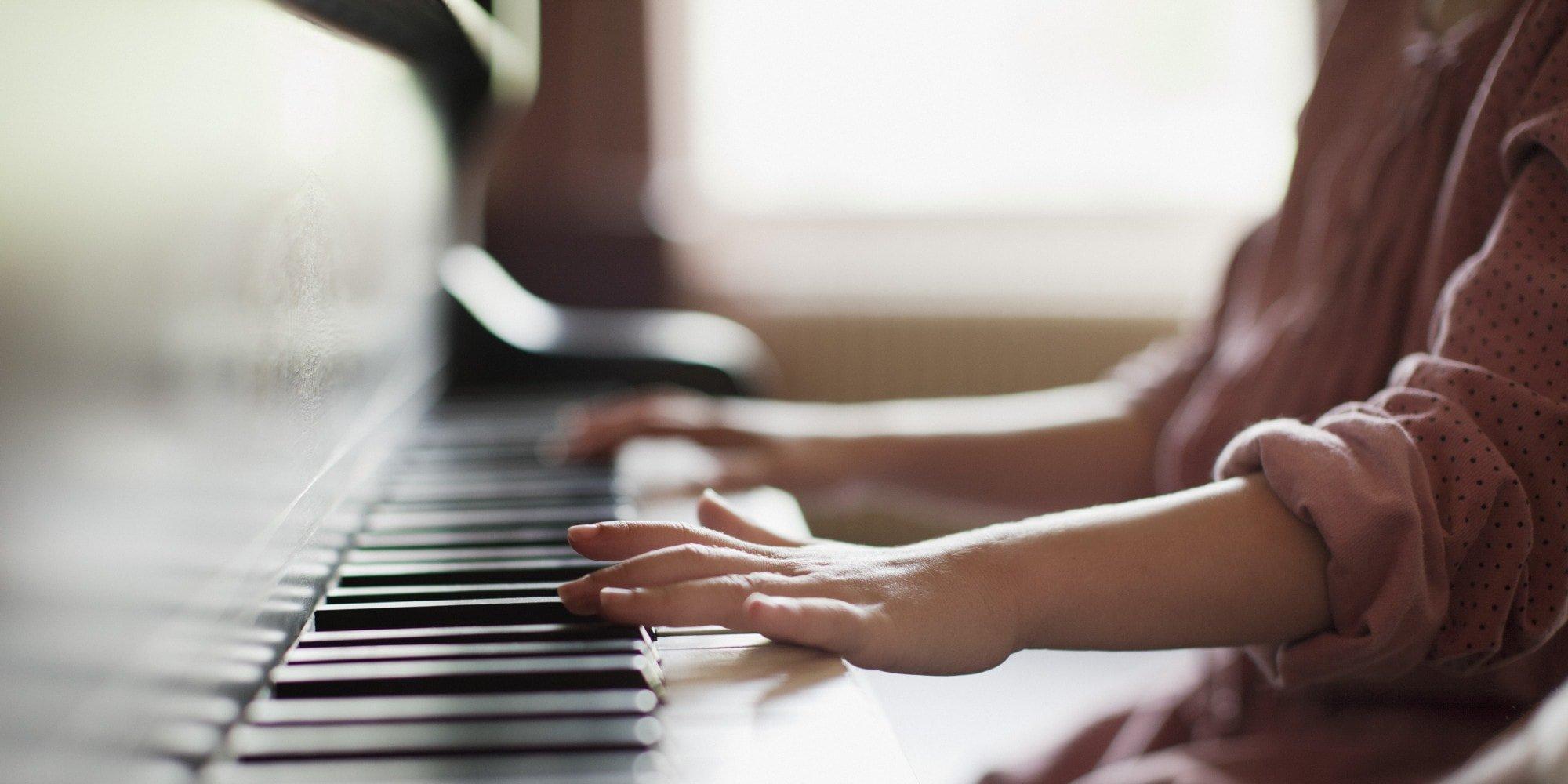 bambino suona pianoforte