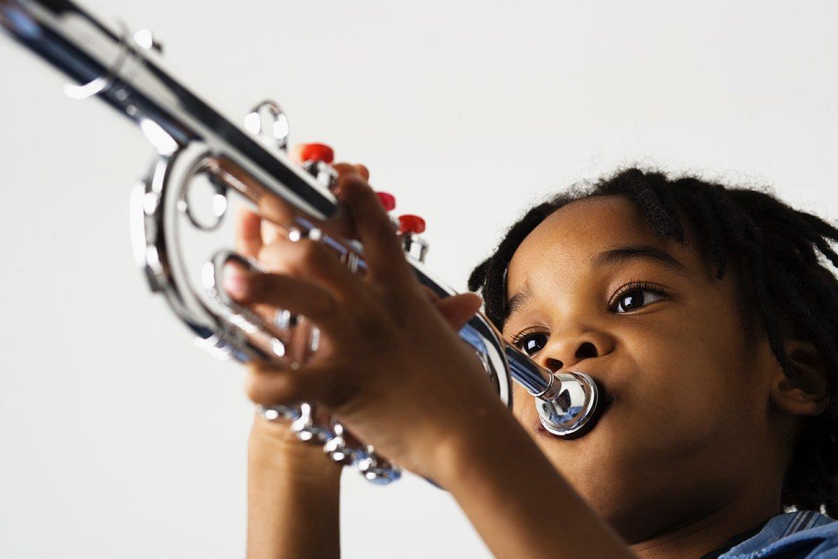 bambino suona tromba