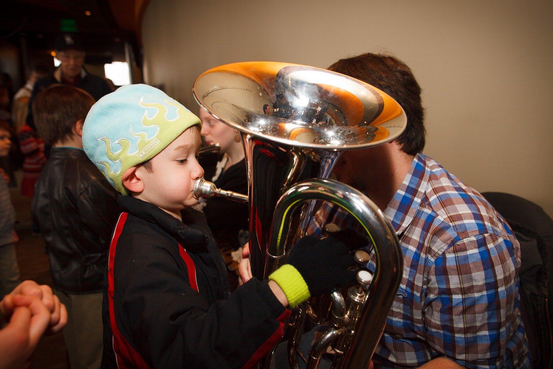 bambino suona tuba