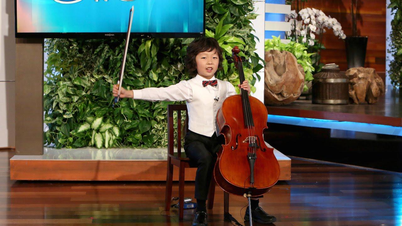 bambino suona violoncello